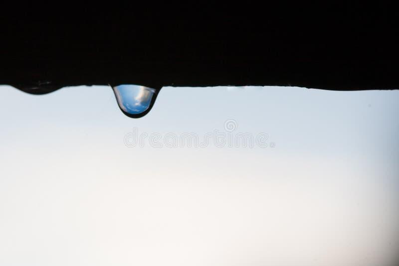 Der Himmel in einem Rückgang, in der Reflexion von Wolken und im blauen Himmel in einem Rückgang Regen lizenzfreie stockbilder