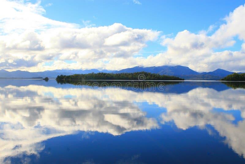 Download Der Himmel fällt stockfoto. Bild von wasser, kanal, berge - 856094
