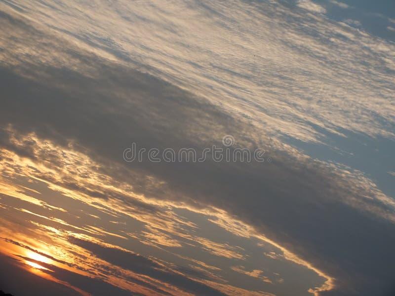 Der Himmel hat die Straßen und glättet Ansichten an den Reisfeldern, neben dem schönen roten Himmel am Abend Wenn die Sonne zum h lizenzfreie stockfotografie