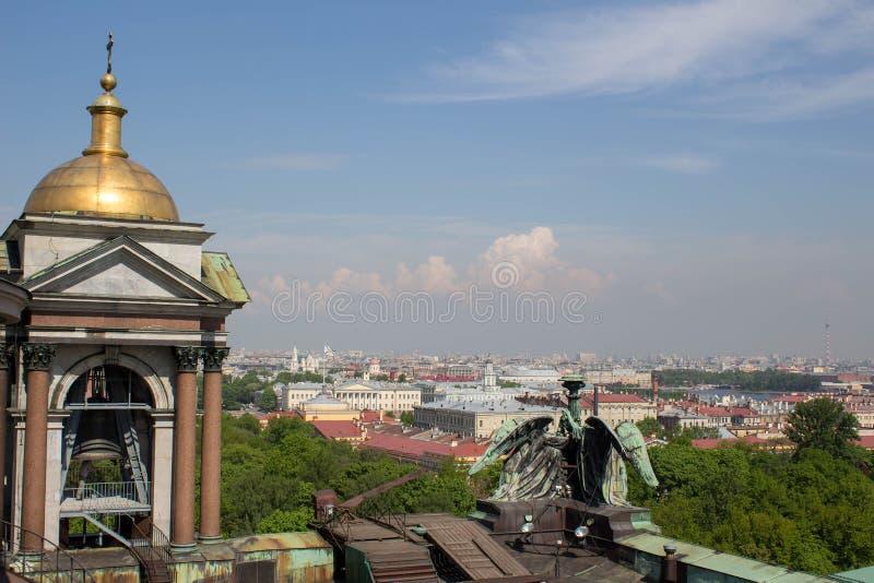 Der Himmel ist im Mai in St Petersburg blau lizenzfreies stockbild