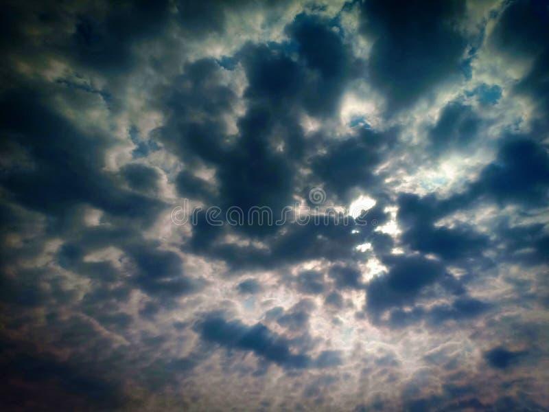 Der Himmel ist nach einem strom dunkel stockfotos