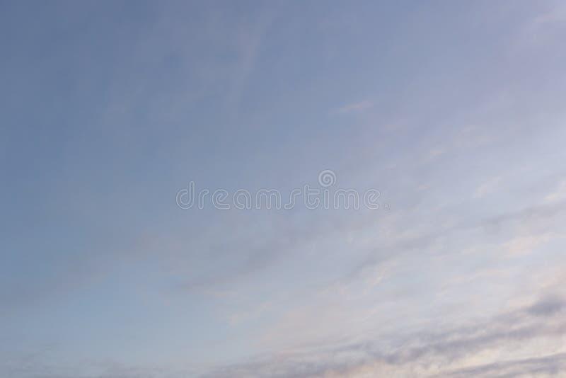 Der Himmel verdunkeln das Sonnenlicht von der Spitze, um die Ansicht von Weiß undeutlich zu machen lizenzfreies stockbild