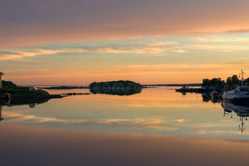 Der Himmel wird im Wasser des weißen Meeres reflektiert lizenzfreie stockfotos