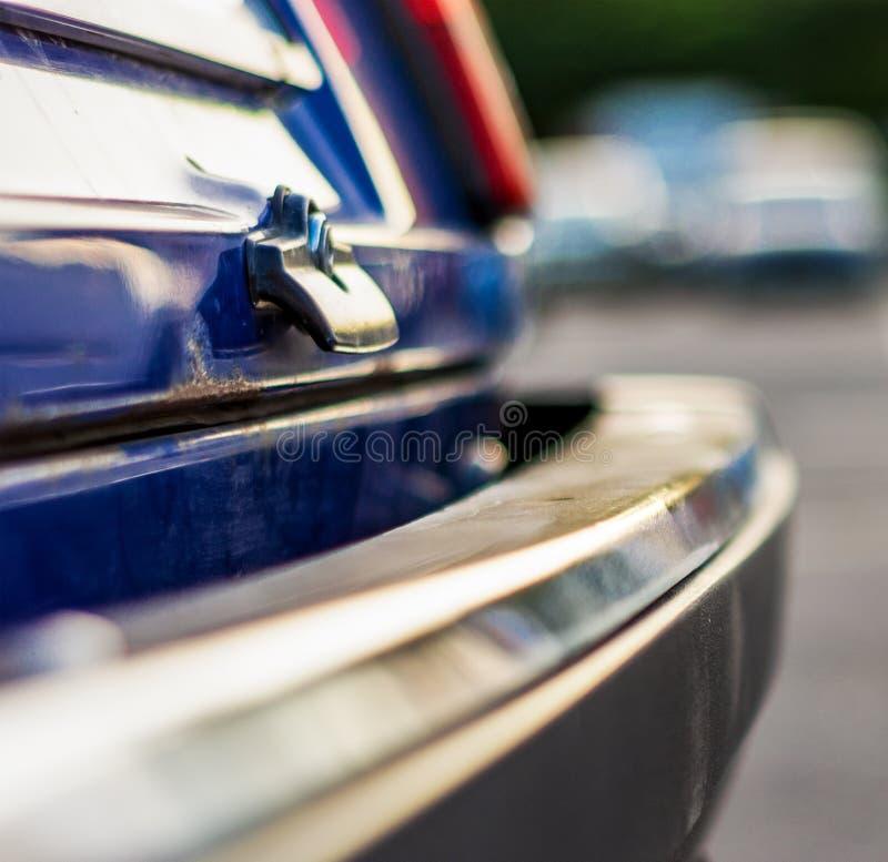 Der hintere Teil der Stoßseitenansicht des alten Autos stockfoto