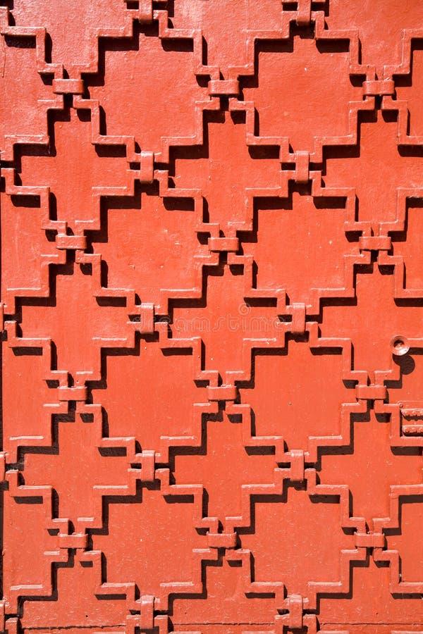 Der Hintergrund der mittelalterlichen Metalltür ist- mit einem geometrischen Muster braun lizenzfreies stockbild