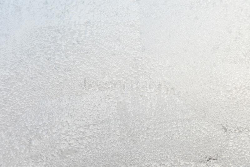 Der Hintergrund oder die Beschaffenheit des Hoar oder der Raureif auf dem Fensterglas stockfotos