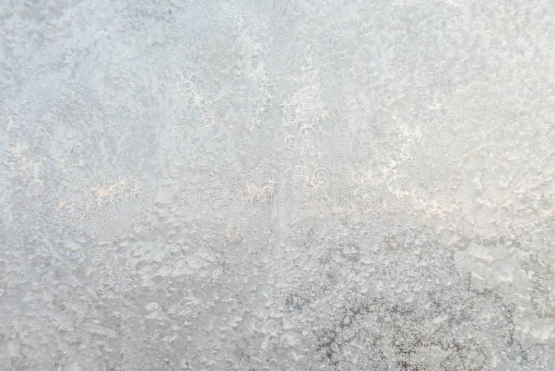 Der Hintergrund oder die Beschaffenheit des Hoar oder der Raureif auf dem Fensterglas lizenzfreies stockbild