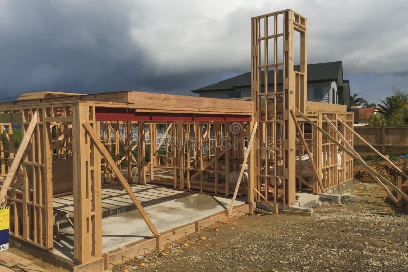 Der Holzhausbau, errichtend steuert in Neuseeland, Auckland automatisch an stockbilder