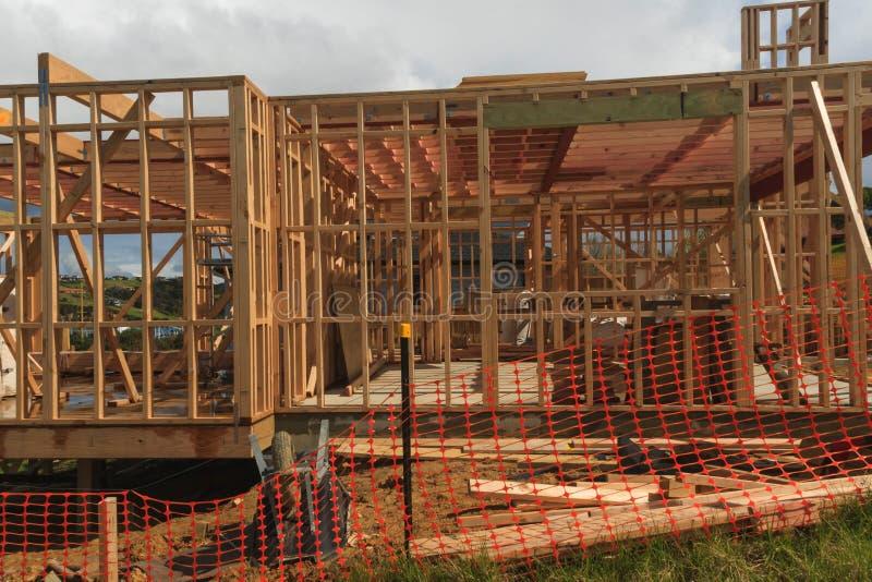 Der Holzhausbau, errichtend steuert in Neuseeland, Auckland, Neuseeland automatisch an lizenzfreie stockfotos