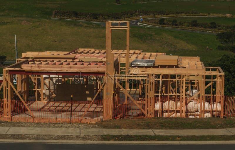 Der Holzhausbau, errichtend steuert in Neuseeland, Auckland, Neuseeland automatisch an stockbild