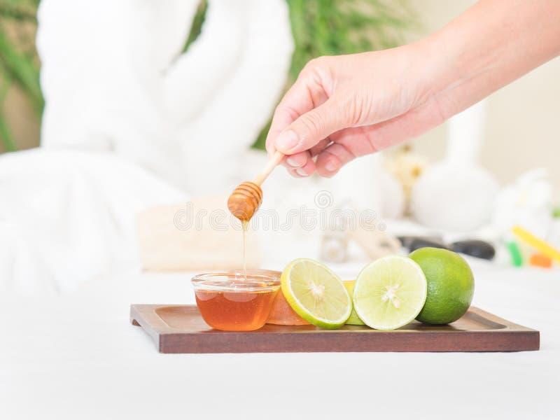 Der Honig und Kalk, die von der Natur frisch sind, ist ein guter Bestandteil in der Hautpflege für Badekurortsalon lizenzfreie stockbilder