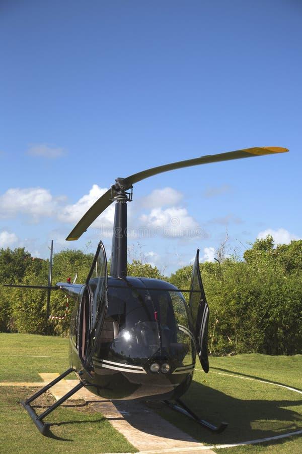 Der Hubschrauber Robinsons R44 von Cana-Fliege in Punta Cana, Dominikanische Republik lizenzfreie stockbilder