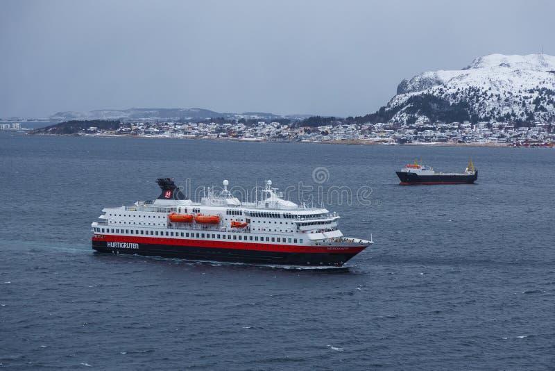 Der Hurtigruten-Schiff Mitgliedstaat Nordkapp, das den Hafen von Alesund betritt lizenzfreie stockfotografie