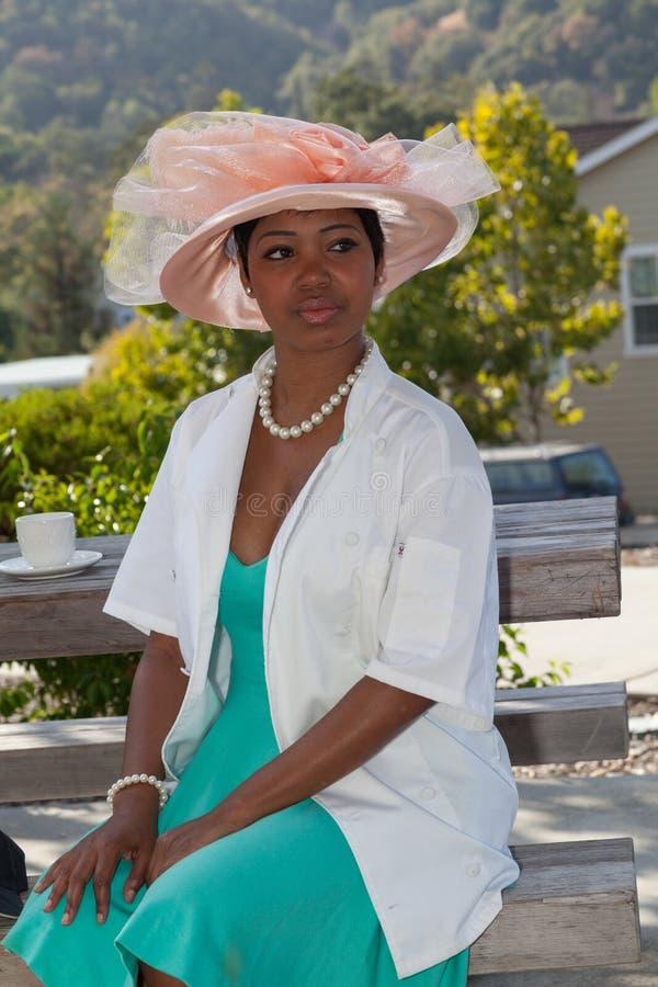 Der Hut und die Schönheit lizenzfreie stockfotos