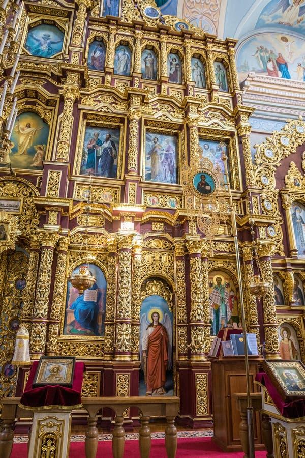Der Iconostasis und der Innenraum des St. Nicholas Church in Mogilev belarus stockbild