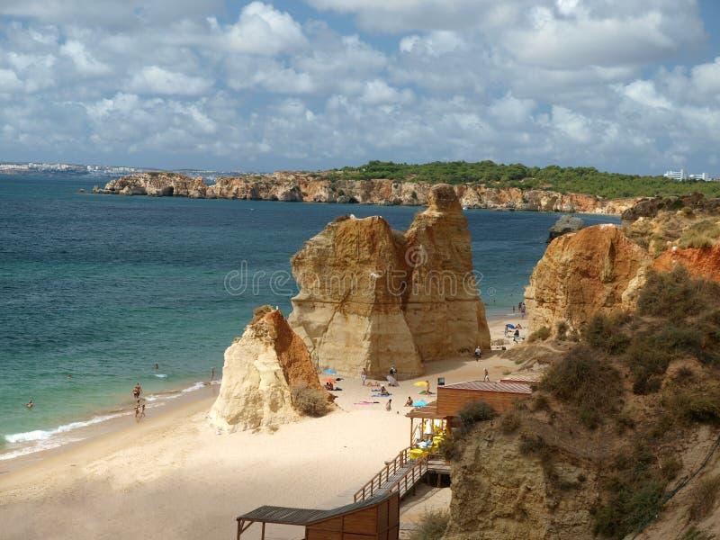 Der idyllische Strand Praia de Rocha auf der Algarve-Region. stockfoto
