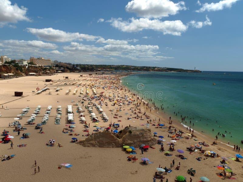 Der idyllische Strand Praia de Rocha auf der Algarve-Region. lizenzfreie stockbilder