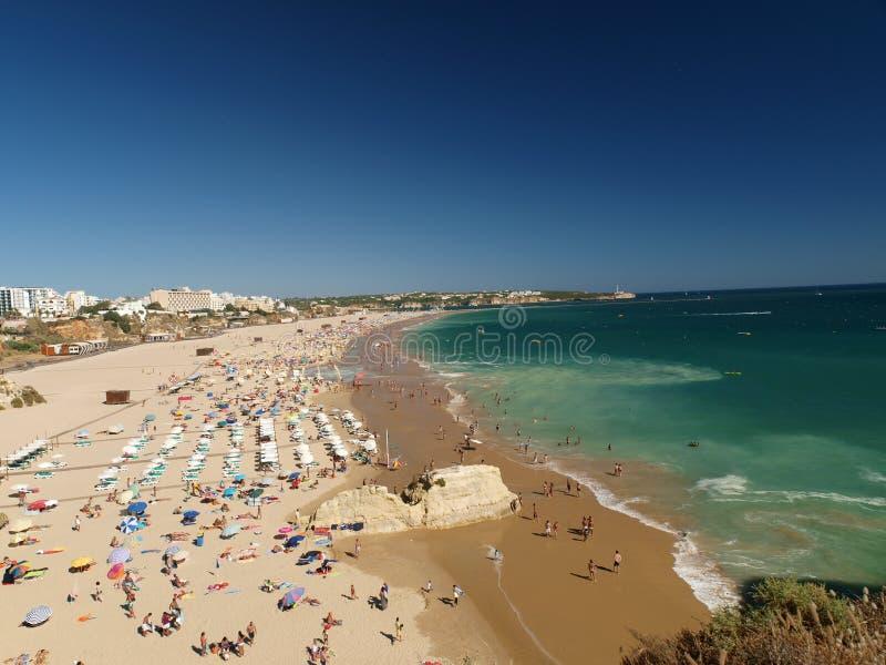 Der idyllische Strand Praia de Rocha auf der Algarve-Region. stockfotografie