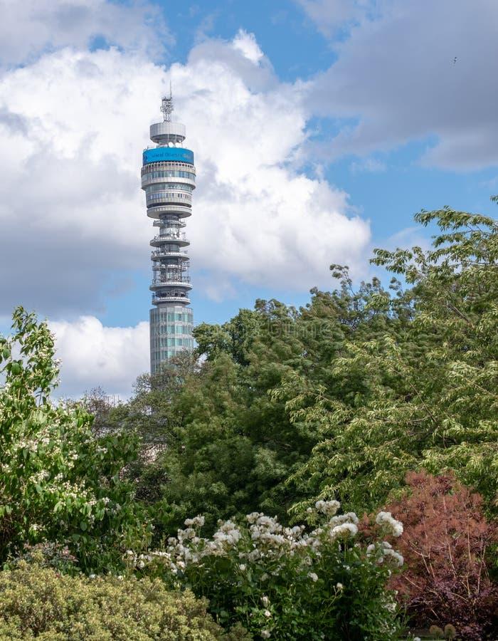 Der ikonenhafte BT-Turm besessen durch BT Group, gesehen vom Park-Quadrat und von Park Cresent-Gärten, London Großbritannien stockfotografie