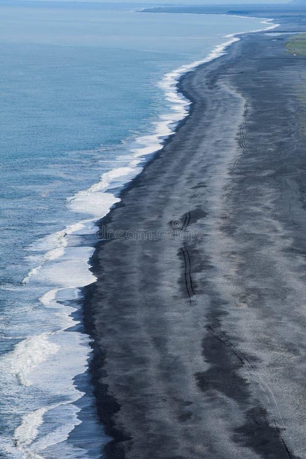 Der ikonenhafte schwarze Strand von Süd-Island lizenzfreies stockbild