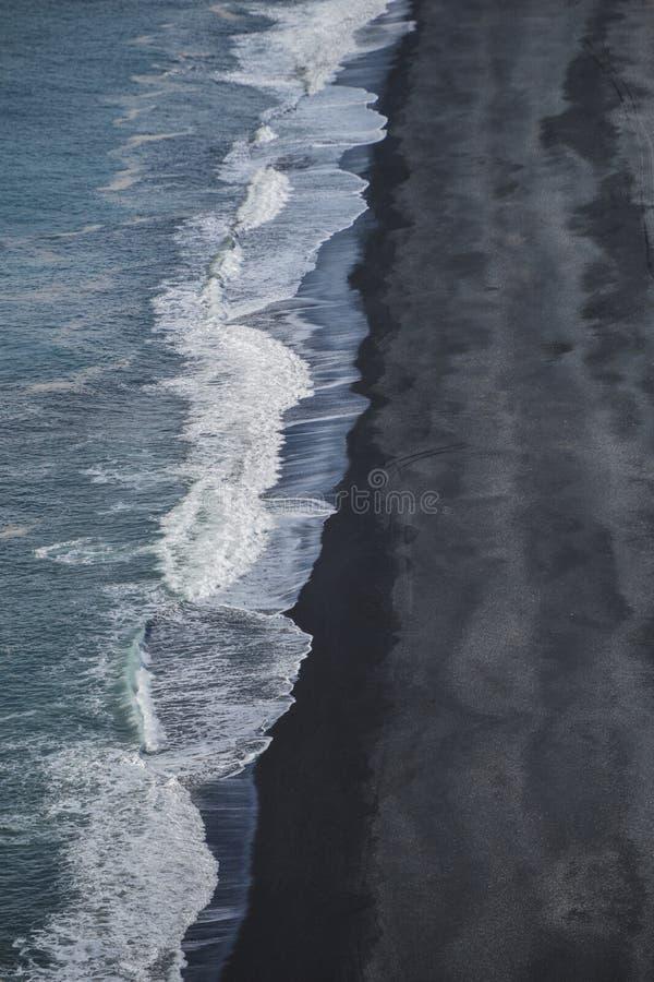 Der ikonenhafte schwarze Strand von Süd-Island lizenzfreies stockfoto