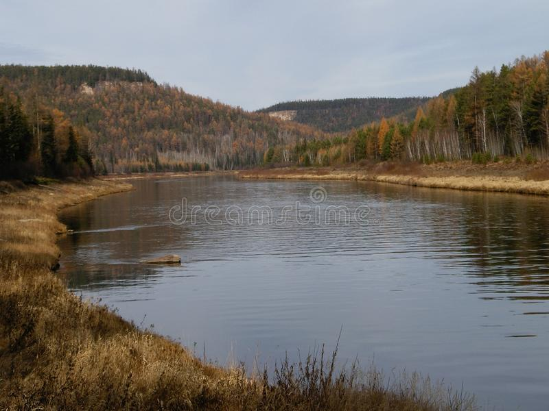 Der Ilim-Fluss in Ost-Sibirien stockfotografie
