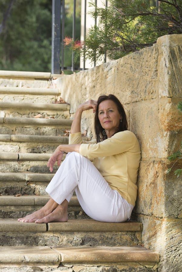 Der im Ruhestand entspanntes überzeugtes im Freien Frau stockbild