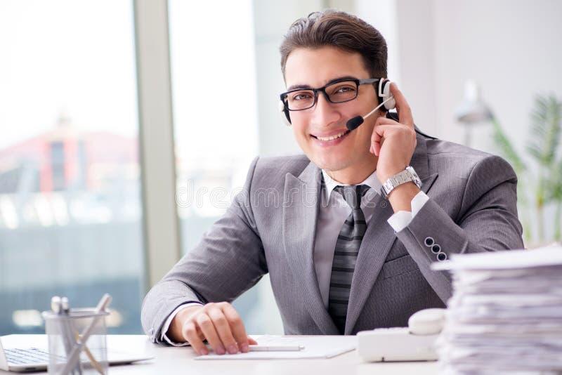 Der Informationsstellenbetreiber, der am Telefon im Büro spricht stockbilder