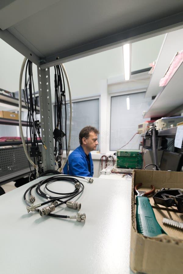 Der Ingenieur führt einen Test der fertigen elektronischen Module durch Labor für die Prüfung und Anpassung von elektronischem lizenzfreies stockbild