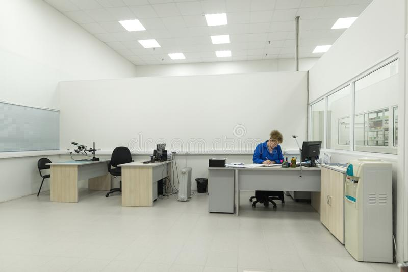 Der Ingenieur führt einen Test der fertigen elektronischen Module durch Labor für die Prüfung und Anpassung von elektronischem stockfotografie