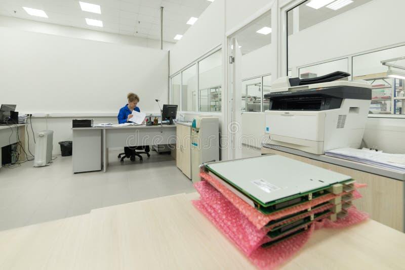 Der Ingenieur führt einen Test der fertigen elektronischen Module durch Labor für die Prüfung und Anpassung von elektronischem stockbild