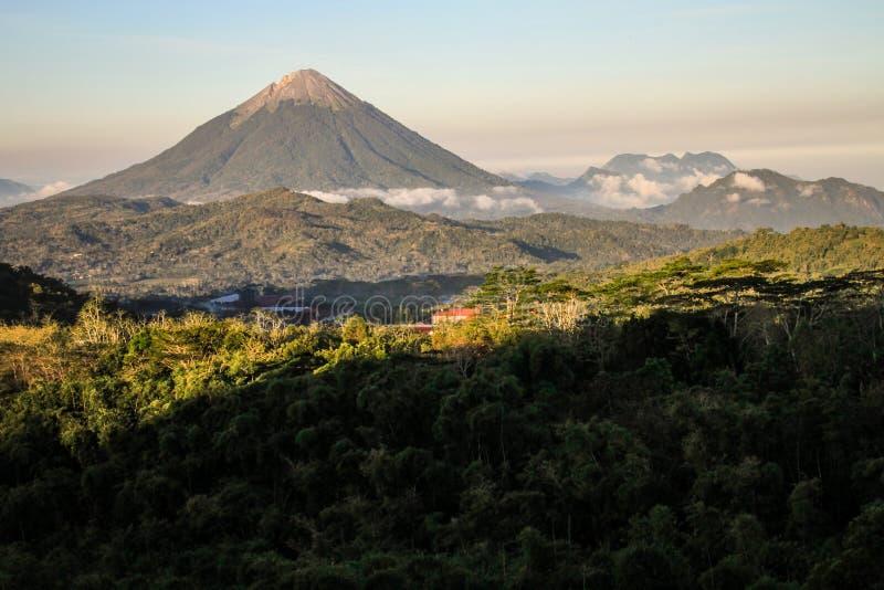 Der Inierie-Vulkan bei Sonnenuntergang, Nusa Tenggara, Flores-Insel, Indonesien stockbilder
