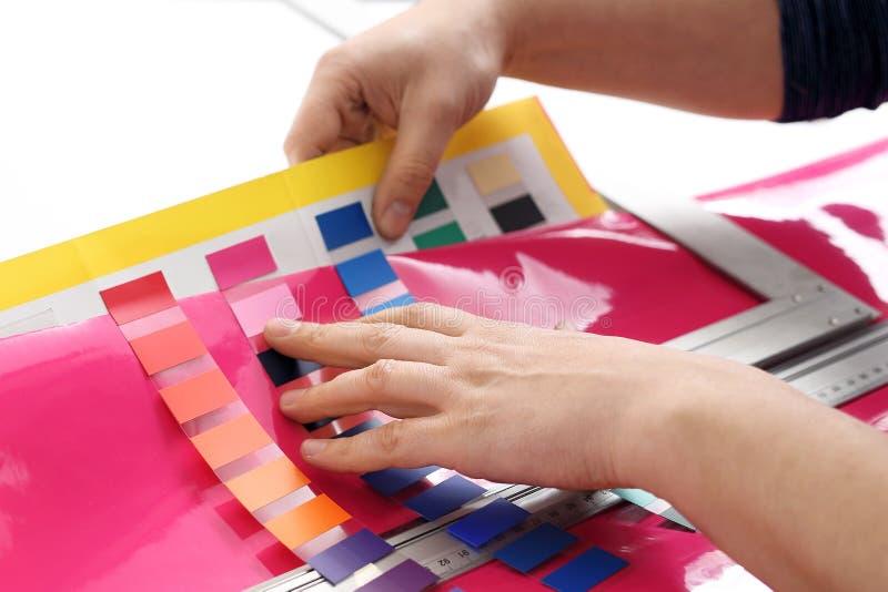 Der Innenarchitekt wählt die Farbe lizenzfreie stockbilder