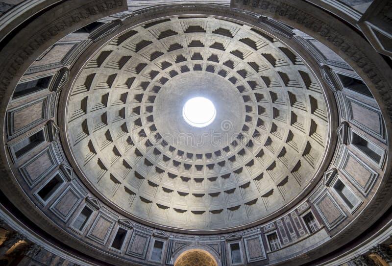 Der Innenraum der Pantheonhaube in Rom stockfoto