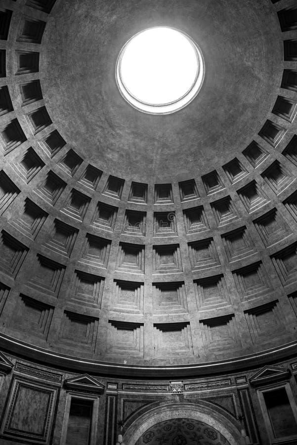 Der Innenraum der Pantheonhaube in Rom stockbild
