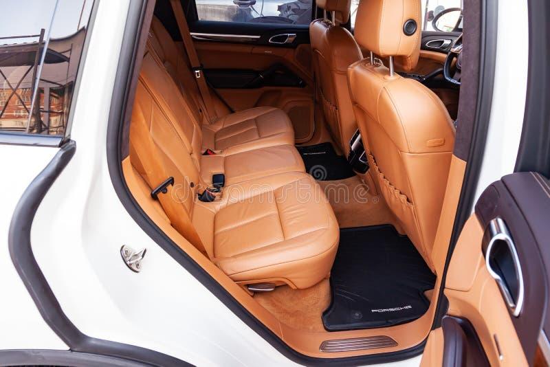 Der Innenraum des Autos Porsche Cayenne 958 2011-jährig mit Blick auf die hinteren Sitze und die Türen mit hellbrauner lederner O stockfotografie