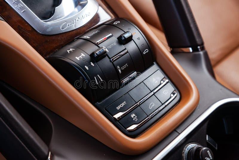 Der Innenraum des Autos Porsche Cayenne 958 2011-jährig mit Blick auf die Luftsuspendierungs- und -Fahrgestellesteuerknöpfe, Arma stockfoto