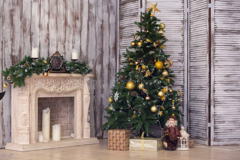 Der Innenraum des neuen Jahres mit einem Tannenbaum und einem Kamin lizenzfreies stockfoto
