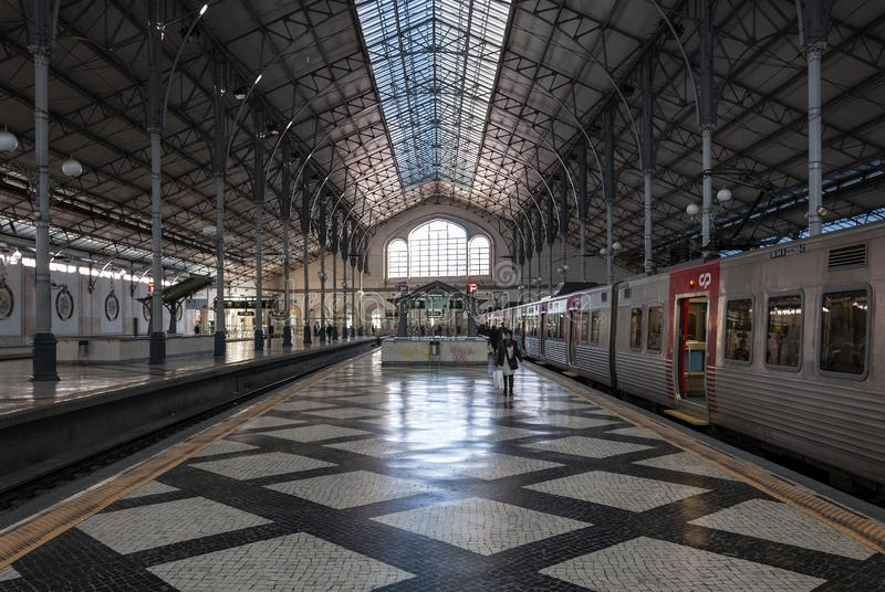 Der Innenraum des Rossio-Bahnhofs in der Stadt von Lissabon lizenzfreies stockbild