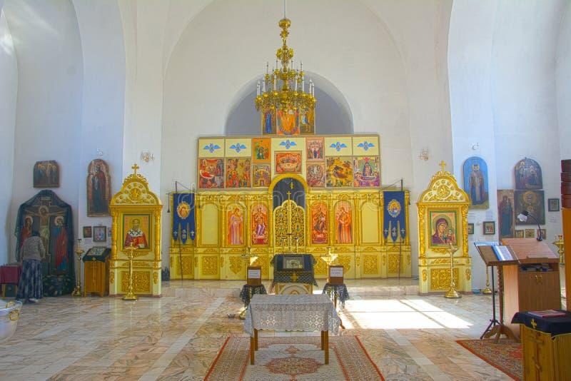 Der Innenraum einer kleinen provinziellen Kirche, die Innenausstattung Ikonen, Gebete Russland lizenzfreie stockbilder