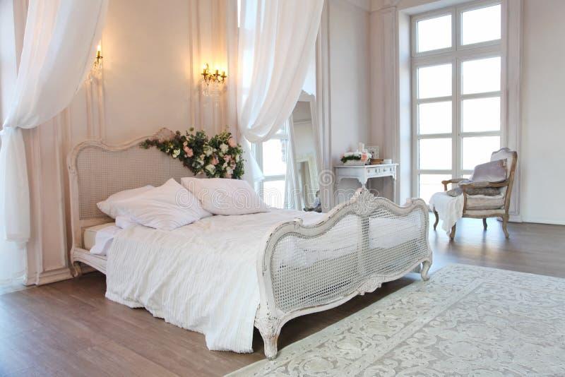 Der Innenraum einer schönen Schlafzimmer Reihe im hellen Weiß lizenzfreie stockbilder