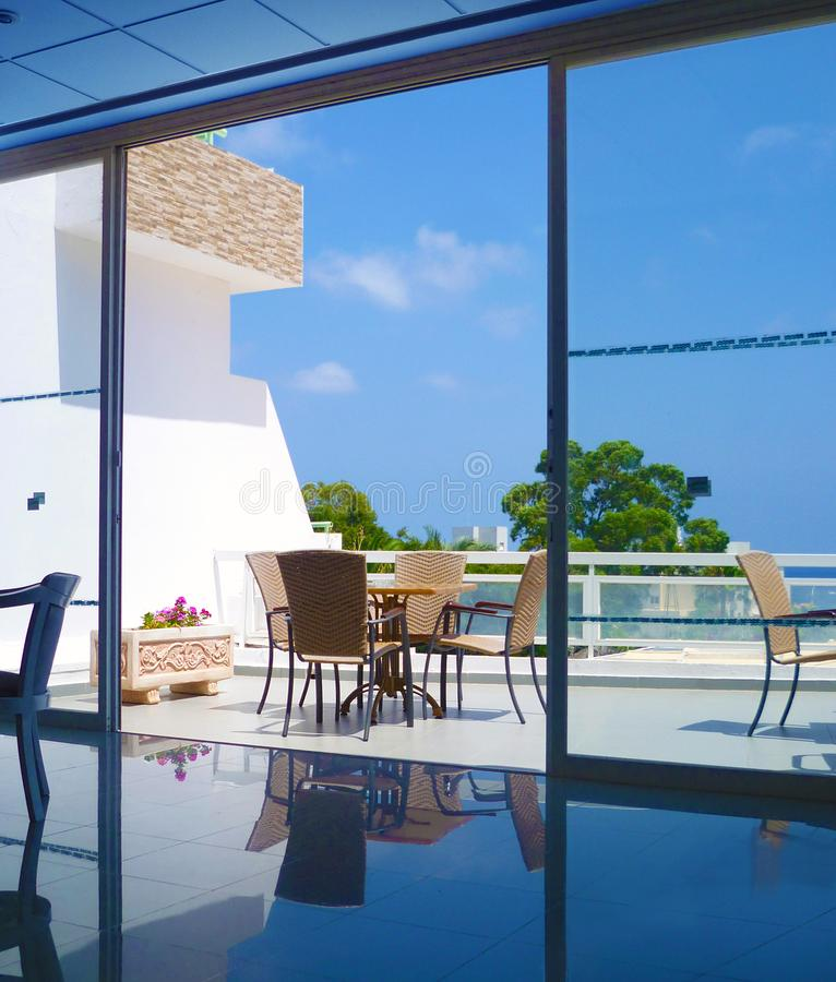 Der Innenraum eines gemütlichen Esszimmers auf der Terrasse mit Seeansichten lizenzfreie stockfotos
