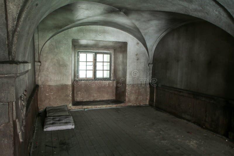 Der Innenraum eines verlassenen alten Hauses stockfotografie