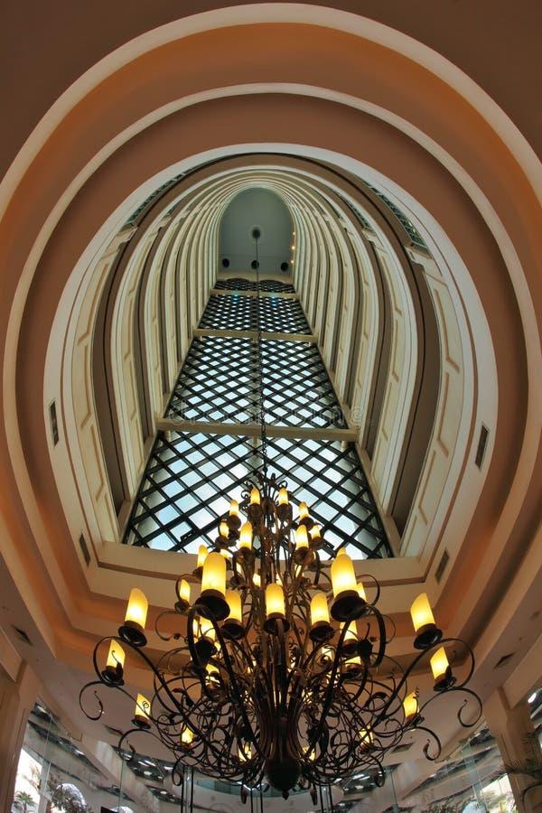 Der Innenraum im mehrstöckigen Hotel stockfoto