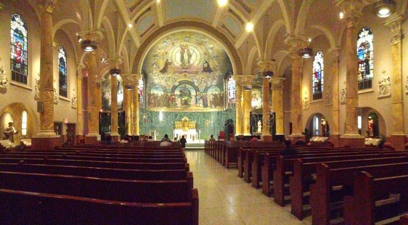 Der Innenraum der Kirche von St Francis von Assisi in New York City stockfoto