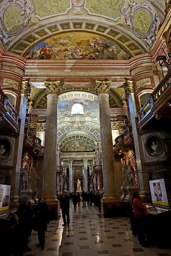 Der Innenraum der nationalen österreichischen Bibliothek im Hofburg-Palast lizenzfreie stockbilder