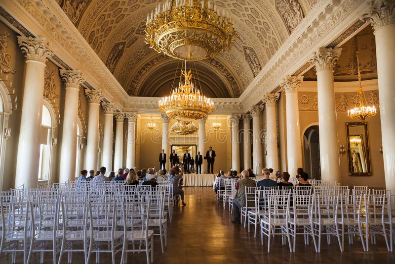 Der Innenraum der weiß-Columned Halle im Yusupov-Palast auf dem Damm des Moika-Flusses, einer des besten zeremoniellen int lizenzfreie stockbilder