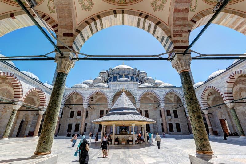 Der innere Hof Fatih Mosques (die Moschee des Eroberers) herein stockfotografie