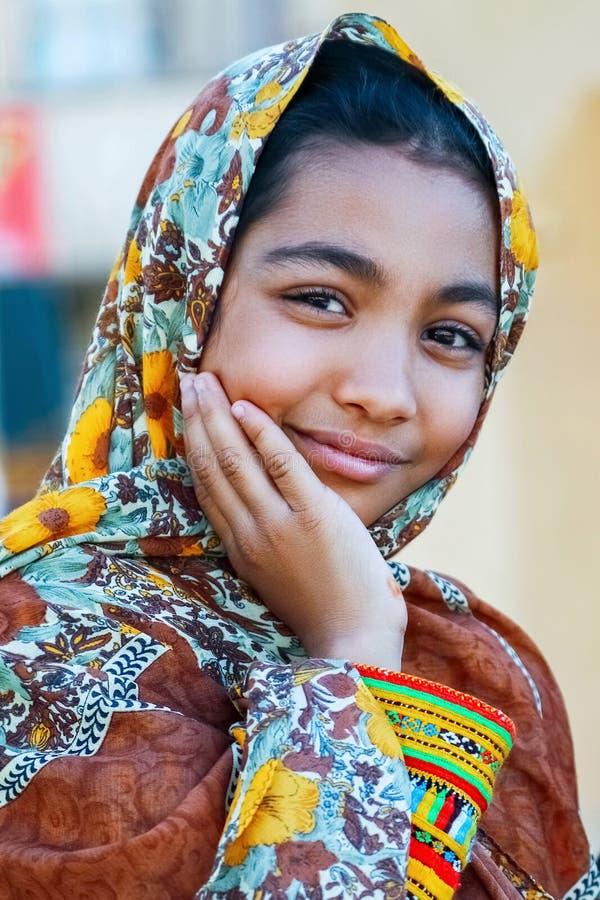 Der Iran, Persien, Yazd - September 2016: Lokales jugendlich Mädchen, das draußen aufwirft stockbild