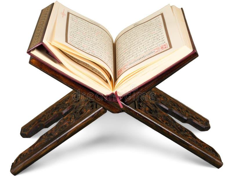 Der islamische Buch-Koran auf Hintergrund lizenzfreie stockfotografie